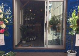 愛知県名古屋市の店舗型コンテナハウス(お花屋さん)の引き戸のおしゃれな入り口