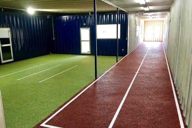 40フィートコンテナを使ったスポーツ施設型コンテナハウス(トレーニングルームとしての利用)内部の様子。トラックコースあり