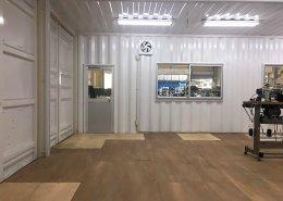 倉庫内作業場所として40フィート3連結で作ったコンテナハウスの入り口側