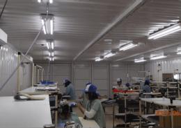 倉庫内作業場所として40フィート3連結で作ったコンテナハウスでの実際の作業の様子2