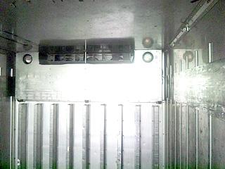 販売商品冷凍トラック箱の内観1