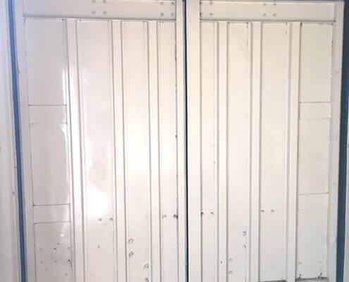 20フィートコンテナ倉庫 塗装黒:シャッター付き 観音扉内側