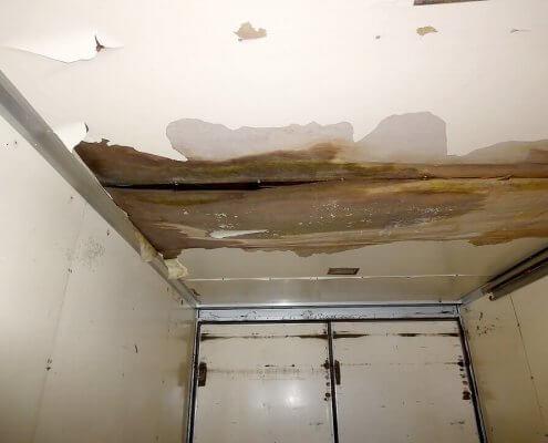 天井に雨漏り箇所がありますのでご自身で修繕される方向けです。