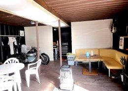 オシャレなバイク店舗型コンテナハウス 休憩スペース