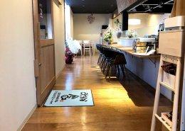 岐阜県海津市のおさかな舎様 40フィートコンテナ3連結飲食店型コンテナハウス カウンター逆側からみた様子