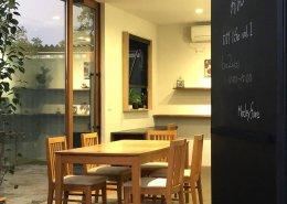 株式会社壁工望様(愛知県豊明市)店舗型コンテナハウス 間接照明とテーブルセット