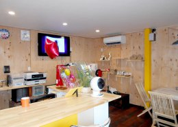 カフェスペース。ウッドパネルを使用