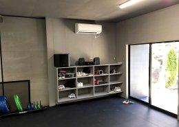 コンテナハウスで作るプライベートジム 入り口横にエアコンと靴棚