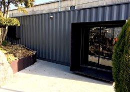 コンテナハウスで作るプライベートジム 入り口を外側から見た様子