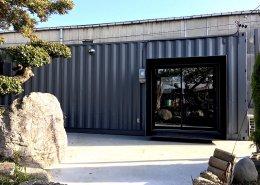 コンテナハウスで作るプライベートジム 入り口は雨風を防げます