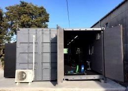 コンテナハウスで作るプライベートジム 観音扉を利用して大きなものの搬入も可能