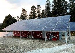 大型ソーラーパネルを設置した栽培用コンテナハウス