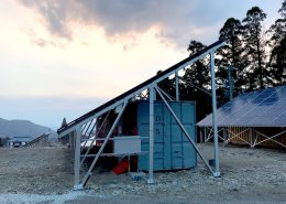 大型ソーラーパネルを設置した栽培用コンテナハウス 横から