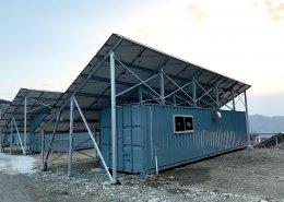 大型ソーラーパネルを設置した栽培用コンテナハウス コンテナ側