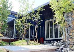 自然光を取り入れたミーティングルーム&快適なオフィススペースを実現したL字型コンテナハウス 正面