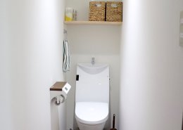 自然光を取り入れたミーティングルーム&快適なオフィススペースを実現したL字型コンテナハウス トイレ