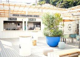 海沿いに立つおしゃれなオープンBBQレストラン、コンテナハウス