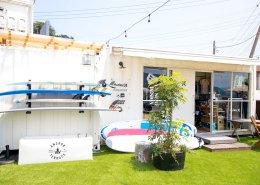 海沿いに立つおしゃれなオープンBBQレストランをコンテナハウスのサーフショップ