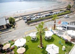 海沿いに立つおしゃれなオープンBBQレストランをコンテナハウスの上空からの様子