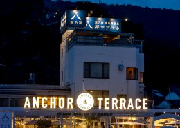 海沿いに立つおしゃれなオープンBBQレストランをコンテナハウスの夜景