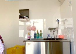 コンテナハウスで採光可能なペットトリミングサロン 水回りの様子