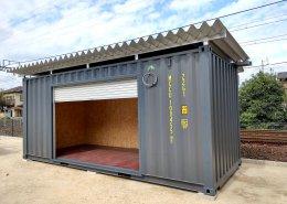 自宅敷地内にガレージ感のある屋根付きのコンテナ倉庫
