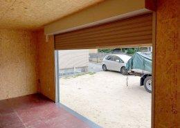 自宅敷地内にガレージ感のある屋根付きのコンテナ倉庫内観