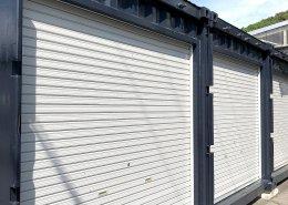 駐車スペースにコンテナ倉庫、3本隣接 シャッターは手動・軽量