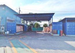 広い敷地を使った屋根付きコンテナ倉庫 左側
