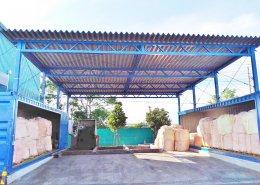 広い敷地を使った屋根付きコンテナ倉庫 左側アップ