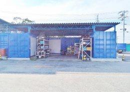 広い敷地を使った屋根付きコンテナ倉庫 正面右側