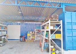 右側の倉庫兼事務所