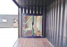 会社の作業用スペースを実現するL字型連結コンテナ 引き戸