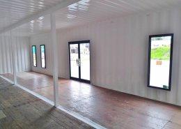 シルバー×黒で鮮やかな色合いを実現した店舗用コンテナ 内観 入り口側2
