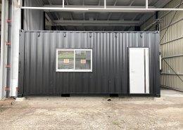 倉庫内に新品コンテナで事務所を設置 正面アップ