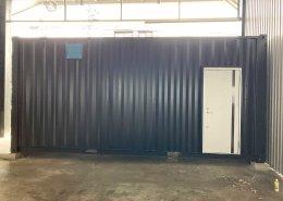 倉庫内に新品コンテナで事務所を設置 裏側