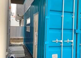 モダンな内装のシンプルな店舗用コンテナハウス - 建物側の入り口
