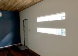 モダンな内装のシンプルな店舗用コンテナハウス - 内装・横滑り出し窓