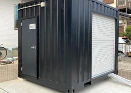 住宅敷地に10ftコンテナを使ったコンパクトガレージ - ドア付き