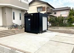 住宅敷地に10ftコンテナを使ったコンパクトガレージ - 住宅敷地に設置