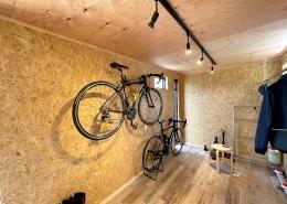 ロードバイクも収納、趣味を楽しむホビールームコンテナ - ロードバイクを収納