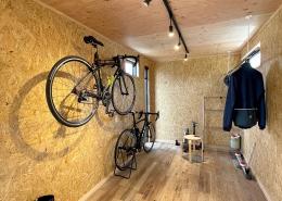 ロードバイクも収納、趣味を楽しむホビールームコンテナ - ロードバイクのメンテナンスも可能