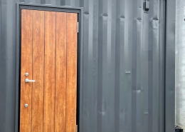 DIYで進化が止まらない、ずっと未完成の「プライベートスタジオコンテナ」(長野県上伊那郡) ドア