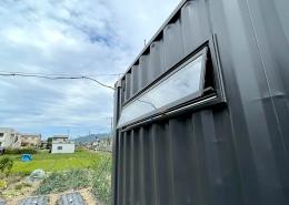 DIYで進化が止まらない、ずっと未完成の「プライベートスタジオコンテナ」(長野県上伊那郡) 横滑り出し窓