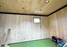DIYで進化が止まらない、ずっと未完成の「プライベートスタジオコンテナ」(長野県上伊那郡) 内観