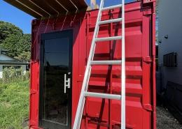 趣味と実益を兼ねたウッドデッキ付きコンテナハウスルーム正面 はしごをかけて2階に行けます