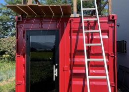 趣味と実益を兼ねたウッドデッキ付きコンテナハウスルーム 入り口はガラス戸