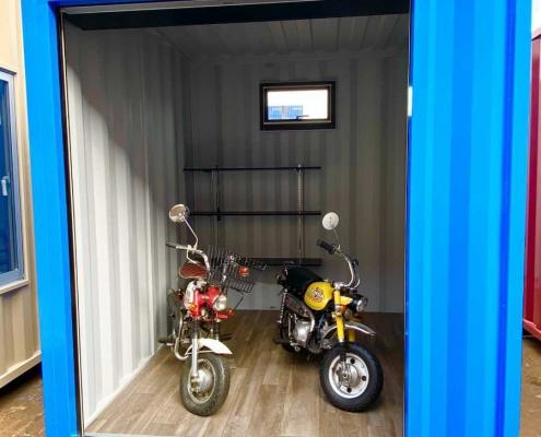バイクガレージ用コンテナ(青)・窓・棚付き バイク収納時