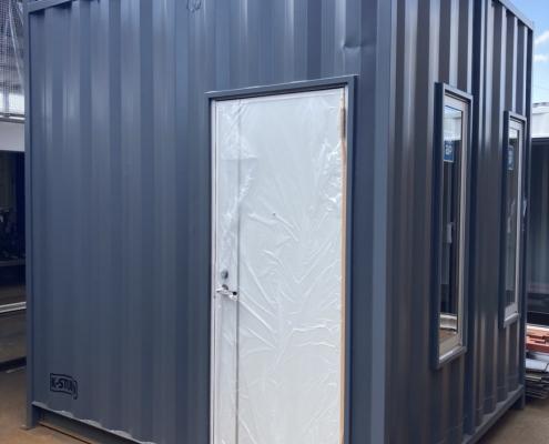 テレワークスペース用コンテナハウス(ダークグレー)塗装済み 入り口