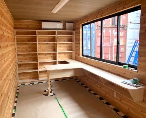 20フィートの完成型コンテナハウスの内装。デスクや棚も備え付けです